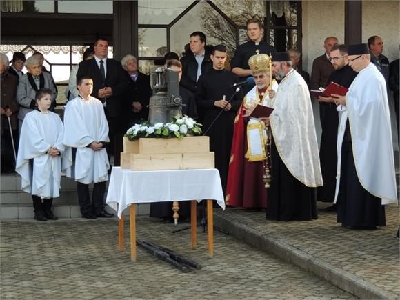 Vladyka Milan Chautur v Bôli posvätil nový zvon